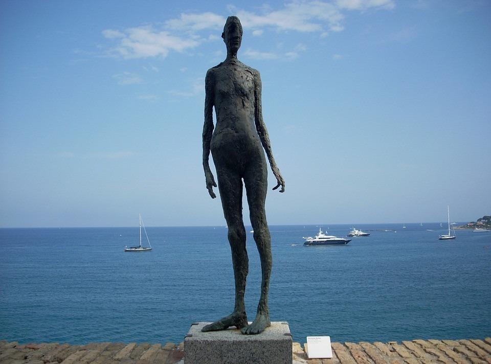 Статуя женщины в Антибе у моря