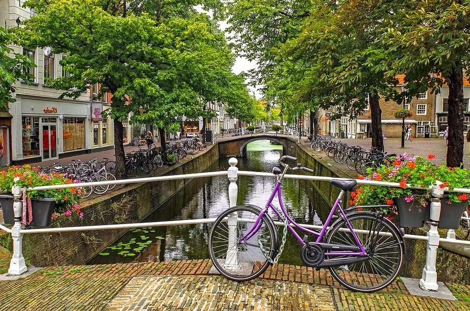Велосипед на мосту в Нидерландах