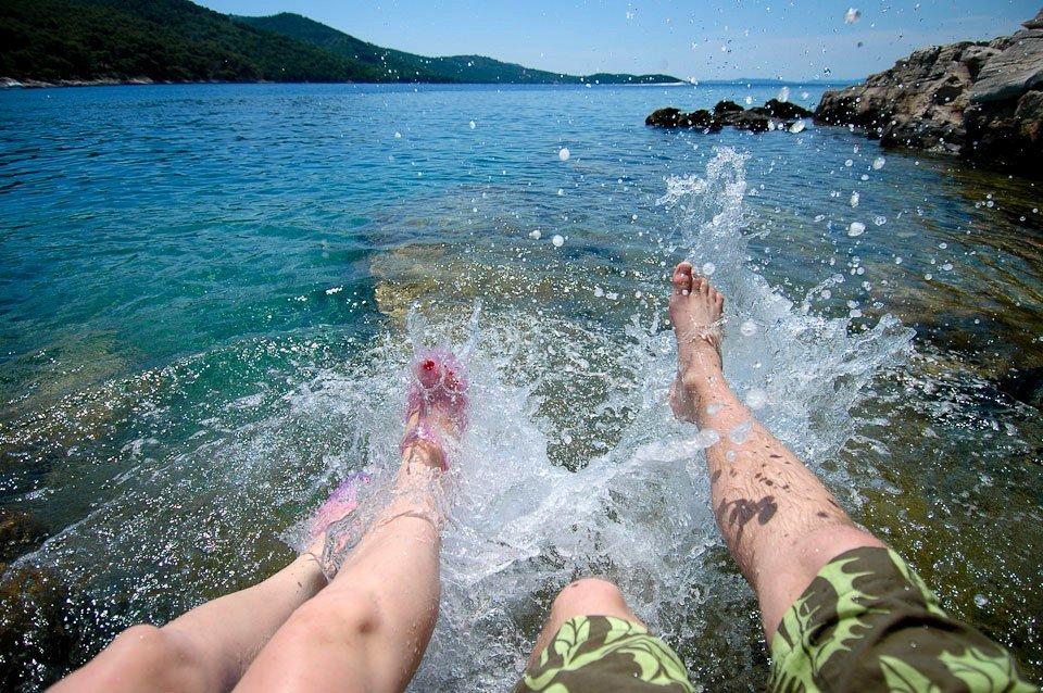 Селфи ног в воде на отдыхе